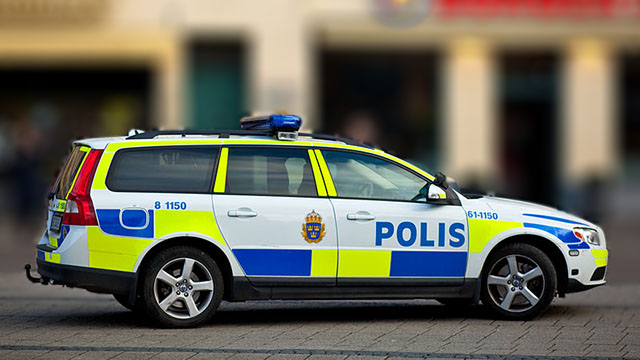 16 aring korde in i polisbil under jakt