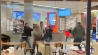 VIDEO: Invandrare knivhögg svenskar på Burger King